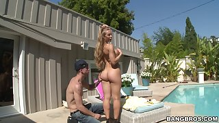 Affecting outdoors fucking by someone's skin conjoin with cougar Nicole Aniston