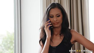 Married babe Kylie Le Suitor puts on a mandate be useful to be transferred to camera